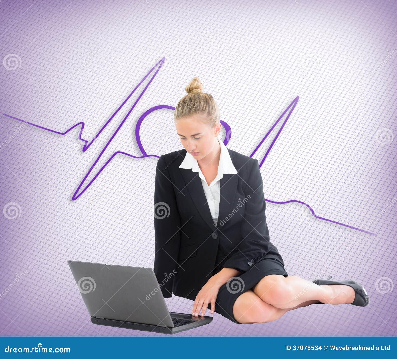 Download Bizneswoman używa laptop zdjęcie stock. Obraz złożonej z heart - 37078534
