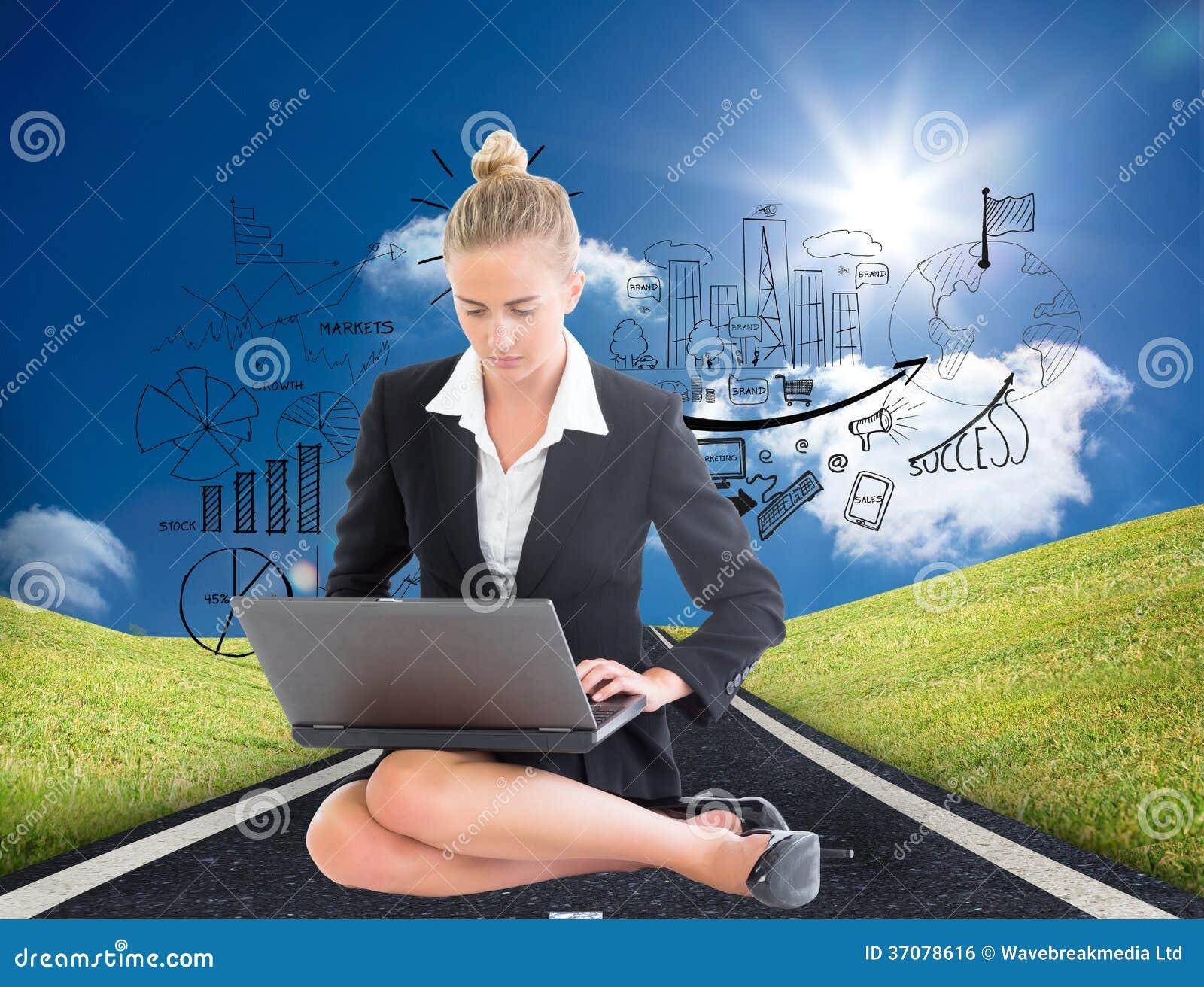 Download Bizneswoman używa laptop zdjęcie stock. Obraz złożonej z komputer - 37078616