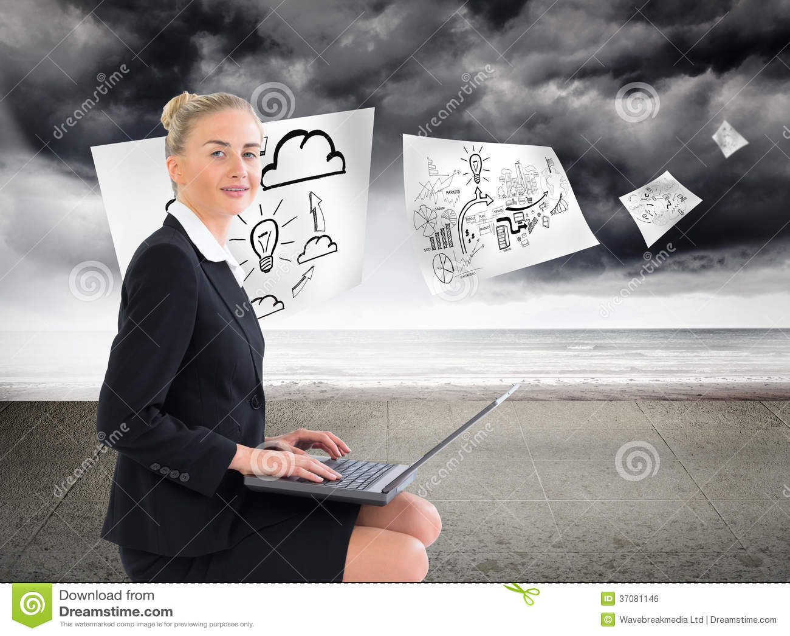 Download Bizneswoman używa laptop zdjęcie stock. Obraz złożonej z digitalis - 37081146
