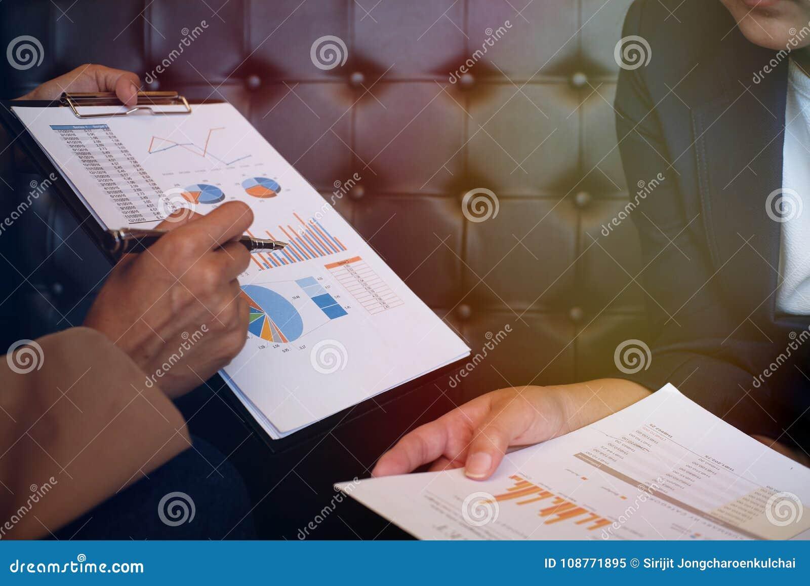 Bizneswoman wyjaśnia mapy w kostiumu robi prezentaci i