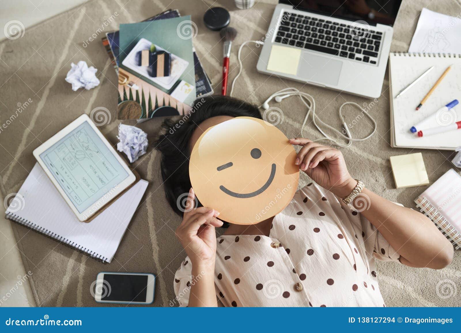 Bizneswoman z uśmiechniętą twarzą w rękach
