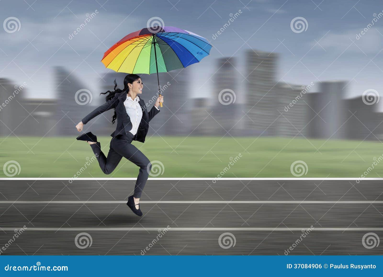 Download Bizneswomanu Bieg Z Kolorowym Parasolem Zdjęcie Stock - Obraz złożonej z cityscape, azjata: 37084906