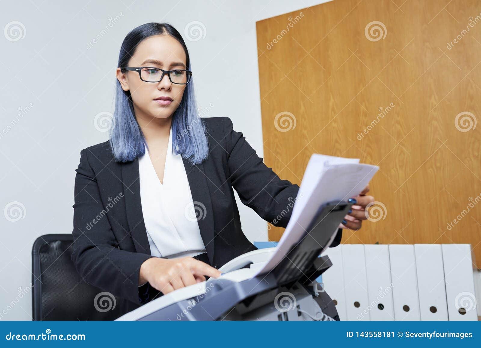 Bizneswomanu dostawania faks