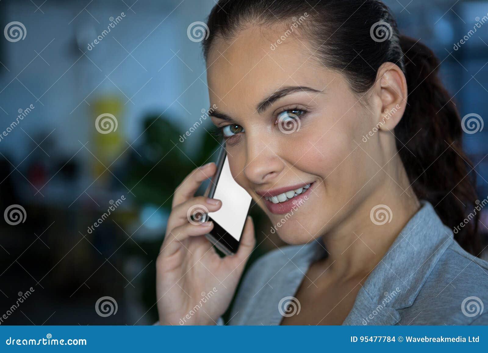Bizneswomanu komórki porozmawiać