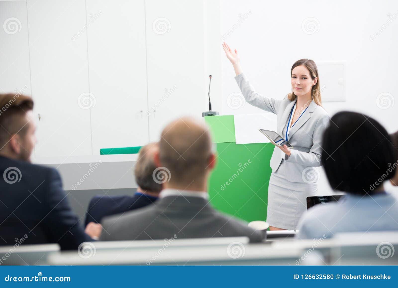 Bizneswomanu mienia pastylki komputer Podczas gdy Dawać prezentaci
