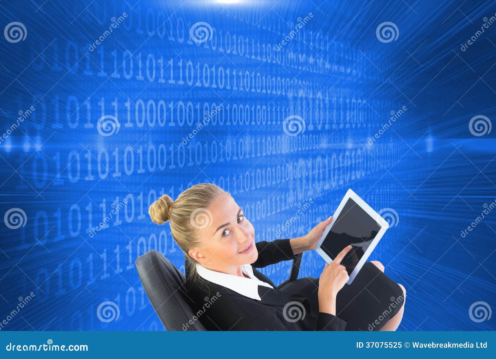 Download Bizneswomanu Obsiadanie Na Swivel Krześle Z Pastylką Obraz Stock - Obraz złożonej z digitise, wytwarza: 37075525