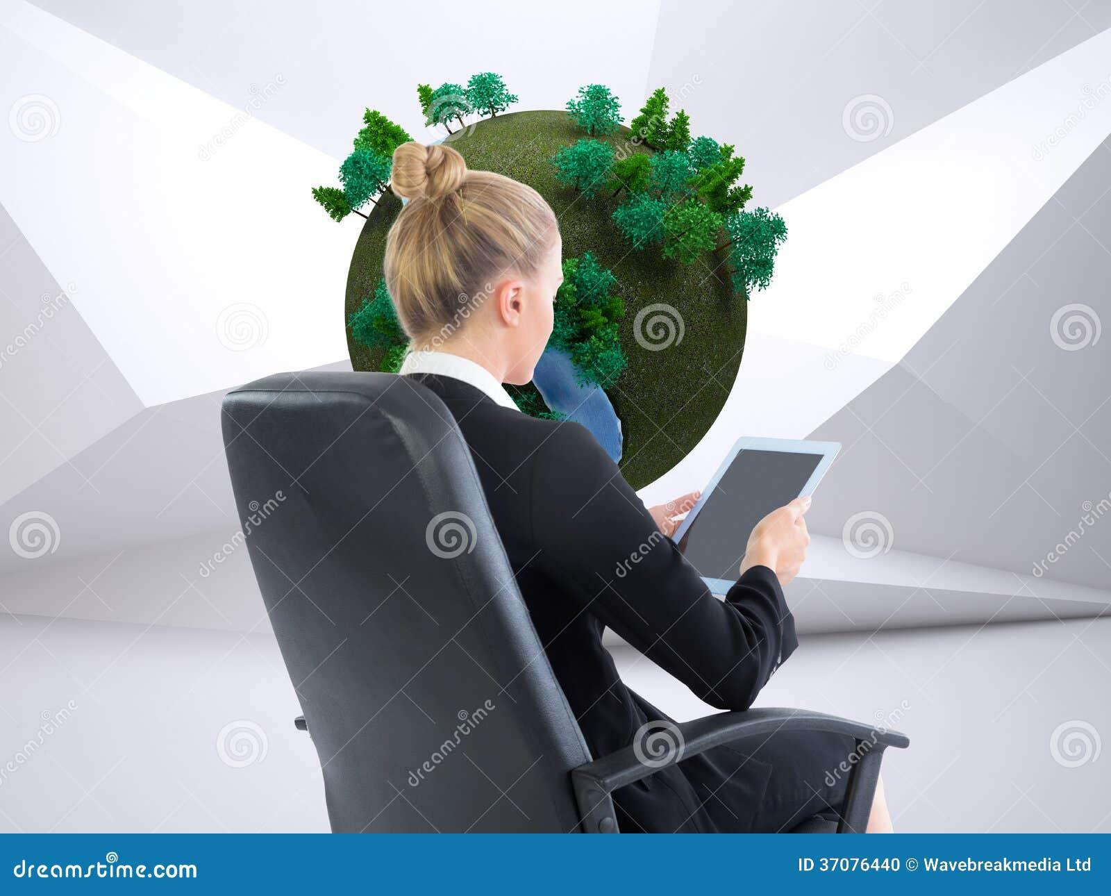 Download Bizneswomanu Obsiadanie Na Swivel Krześle Z Pastylką Zdjęcie Stock - Obraz złożonej z tekstura, kostium: 37076440