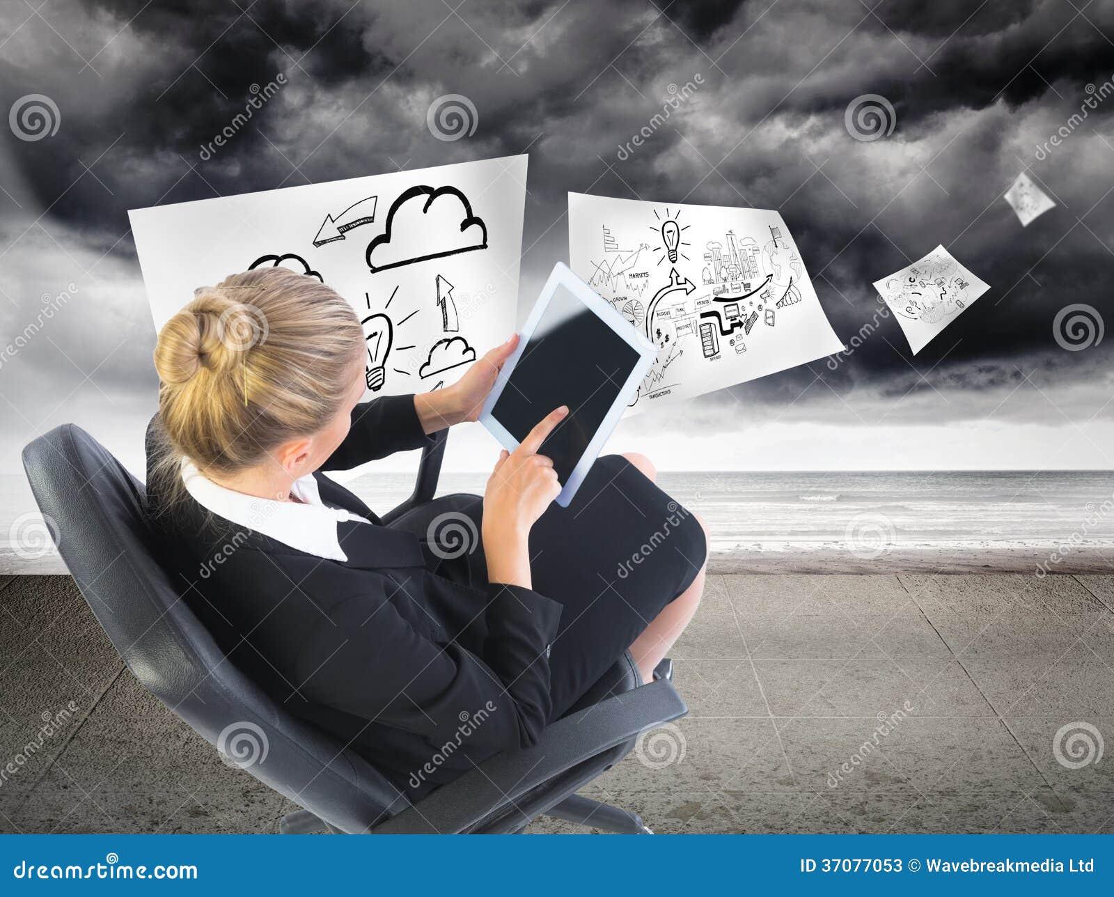 Download Bizneswomanu Obsiadanie Na Swivel Krześle Z Pastylką Obraz Stock - Obraz złożonej z grafika, plan: 37077053