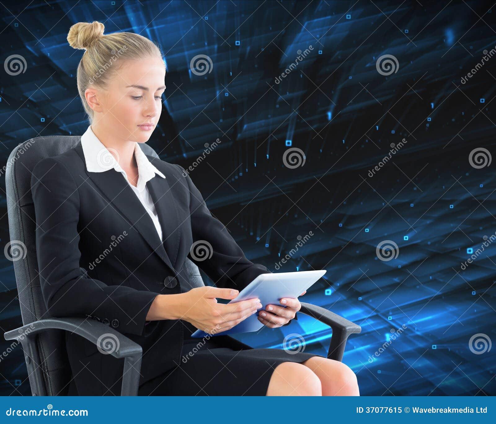 Download Bizneswomanu Obsiadanie Na Swivel Krześle Z Pastylką Obraz Stock - Obraz złożonej z osoba, błękitny: 37077615