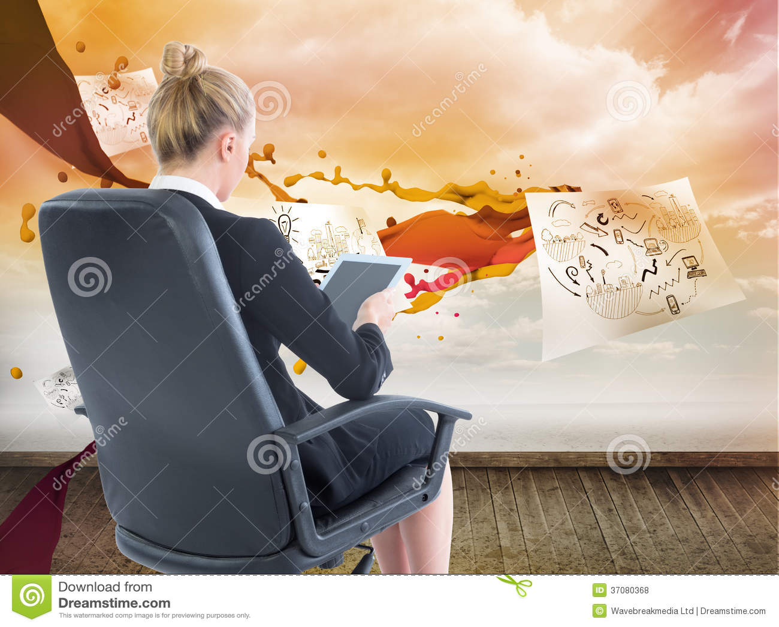 Download Bizneswomanu Obsiadanie Na Swivel Krześle Z Pastylką Zdjęcie Stock - Obraz złożonej z grafika, kobiety: 37080368