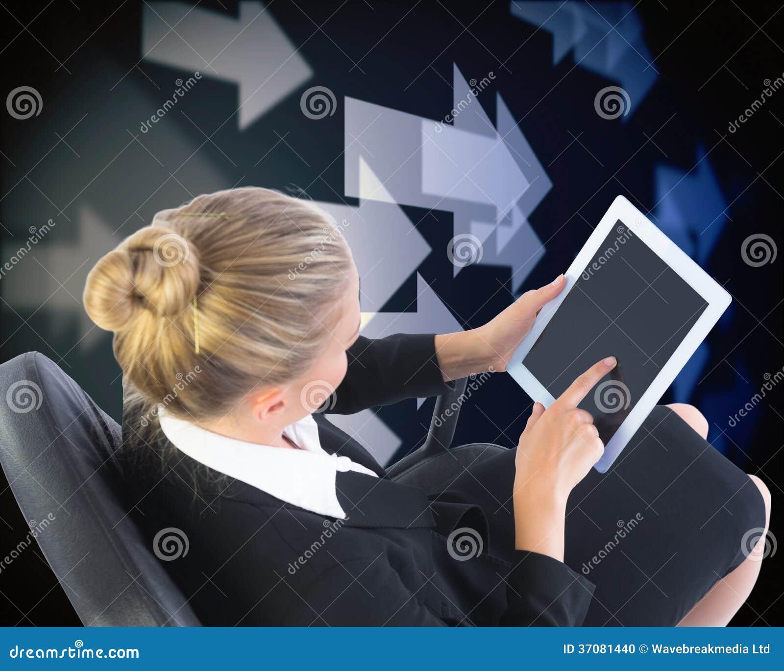 Download Bizneswomanu Obsiadanie Na Swivel Krześle Z Pastylką Zdjęcie Stock - Obraz złożonej z osoba, bizneswoman: 37081440