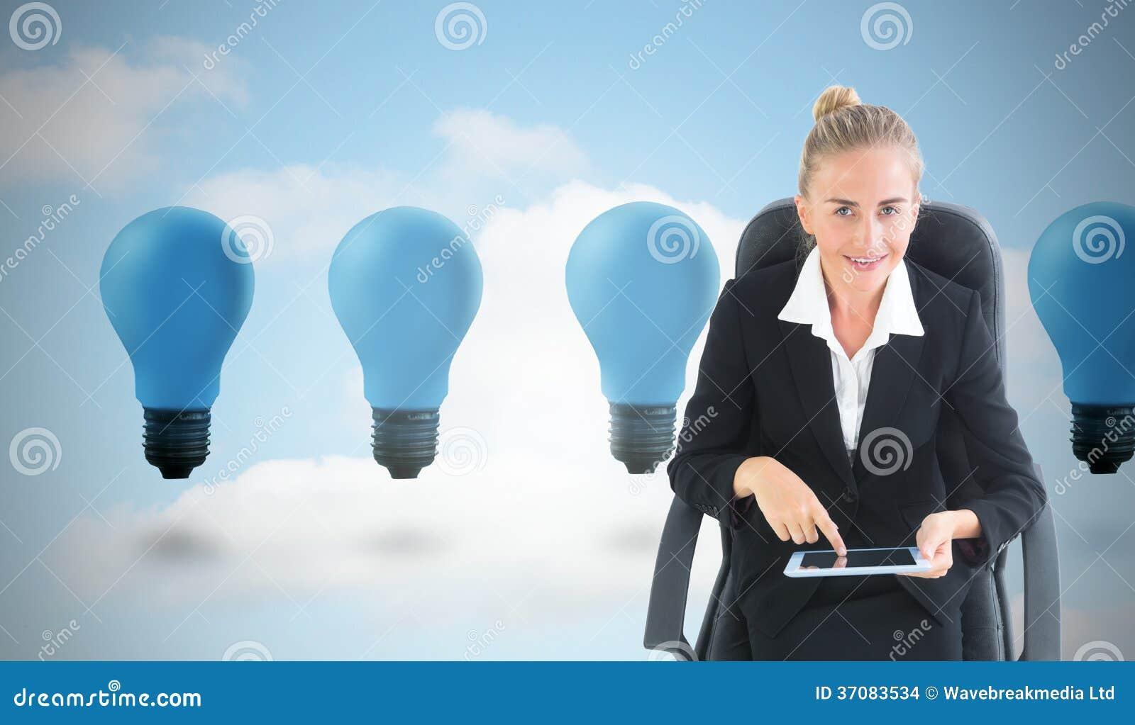 Download Bizneswomanu Obsiadanie Na Swivel Krześle Z Pastylką Zdjęcie Stock - Obraz złożonej z osoba, compute: 37083534