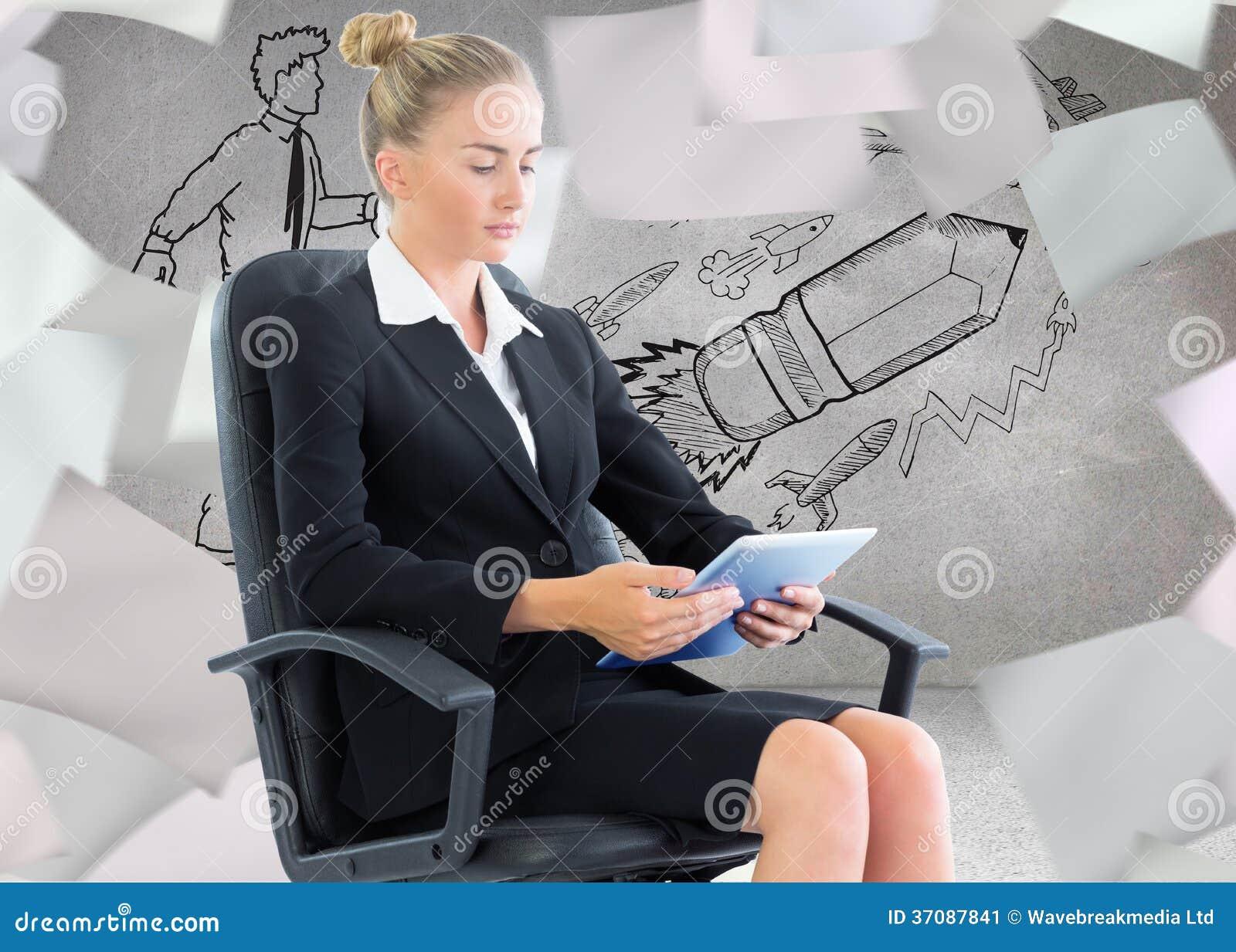 Download Bizneswomanu Obsiadanie Na Swivel Krześle Z Pastylką Obraz Stock - Obraz złożonej z ołówek, pokój: 37087841