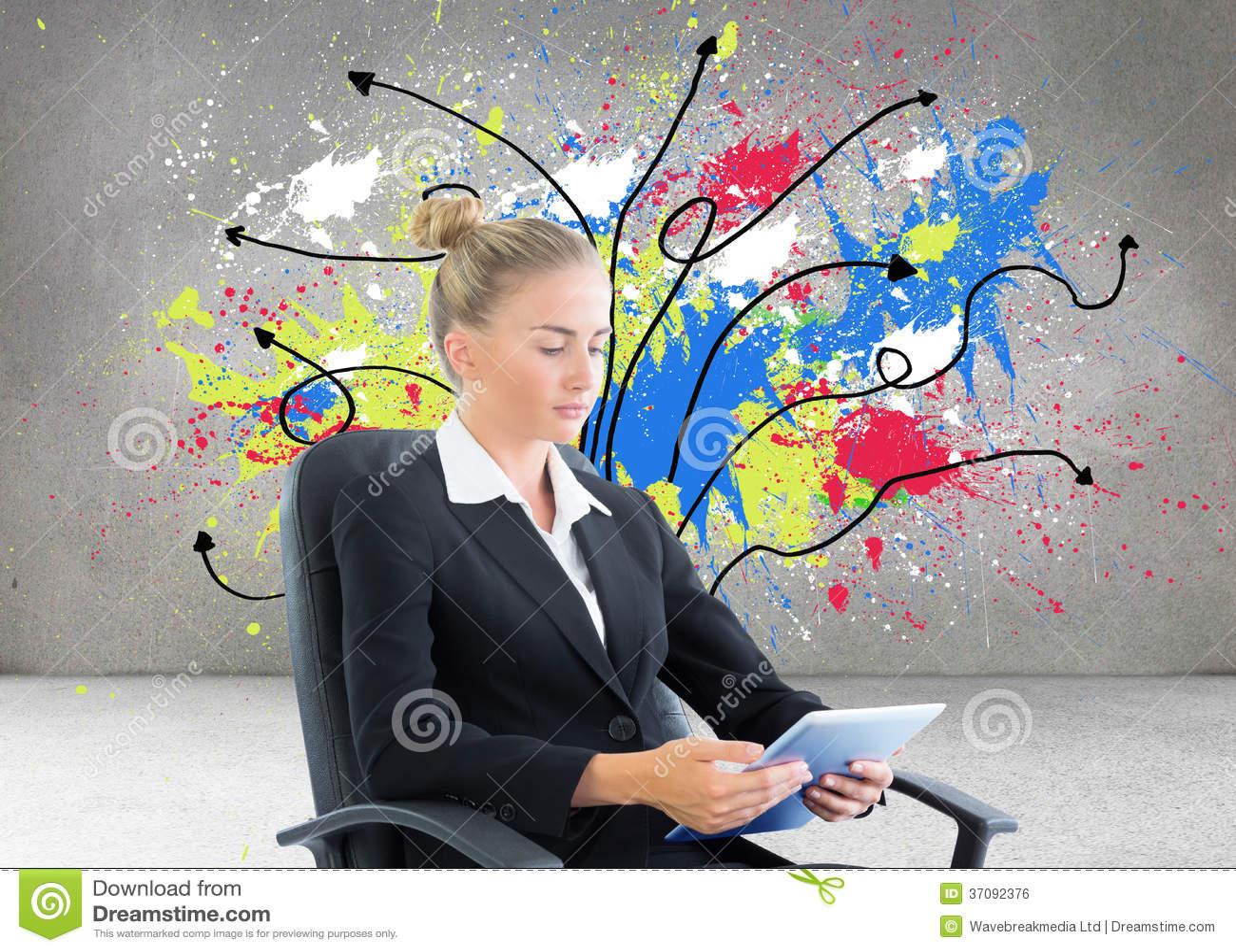 Download Bizneswomanu Obsiadanie Na Swivel Krześle Z Pastylką Zdjęcie Stock - Obraz złożonej z menchie, upaćkany: 37092376