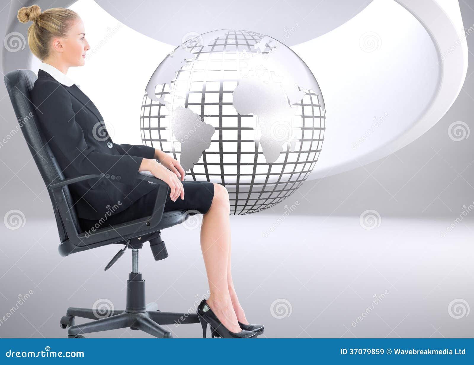 Download Bizneswomanu Obsiadanie Na Swivel Krześle W Czarnym Kostiumu Obraz Stock - Obraz złożonej z digitalis, komputer: 37079859
