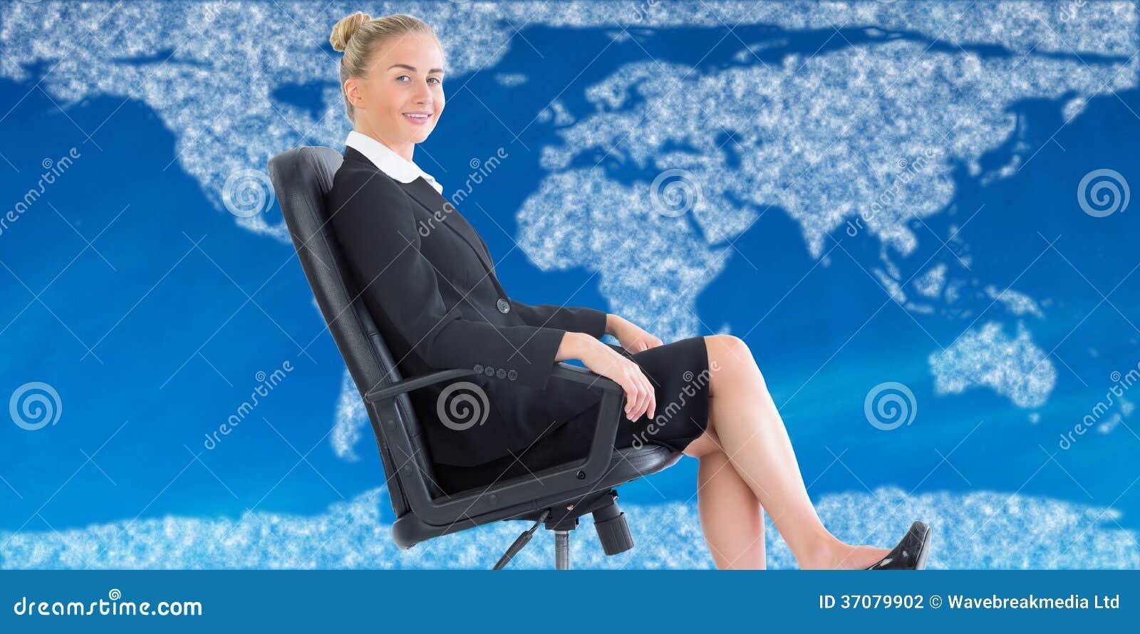 Download Bizneswomanu Obsiadanie Na Swivel Krześle W Czarnym Kostiumu Zdjęcie Stock - Obraz złożonej z mądrze, chmura: 37079902