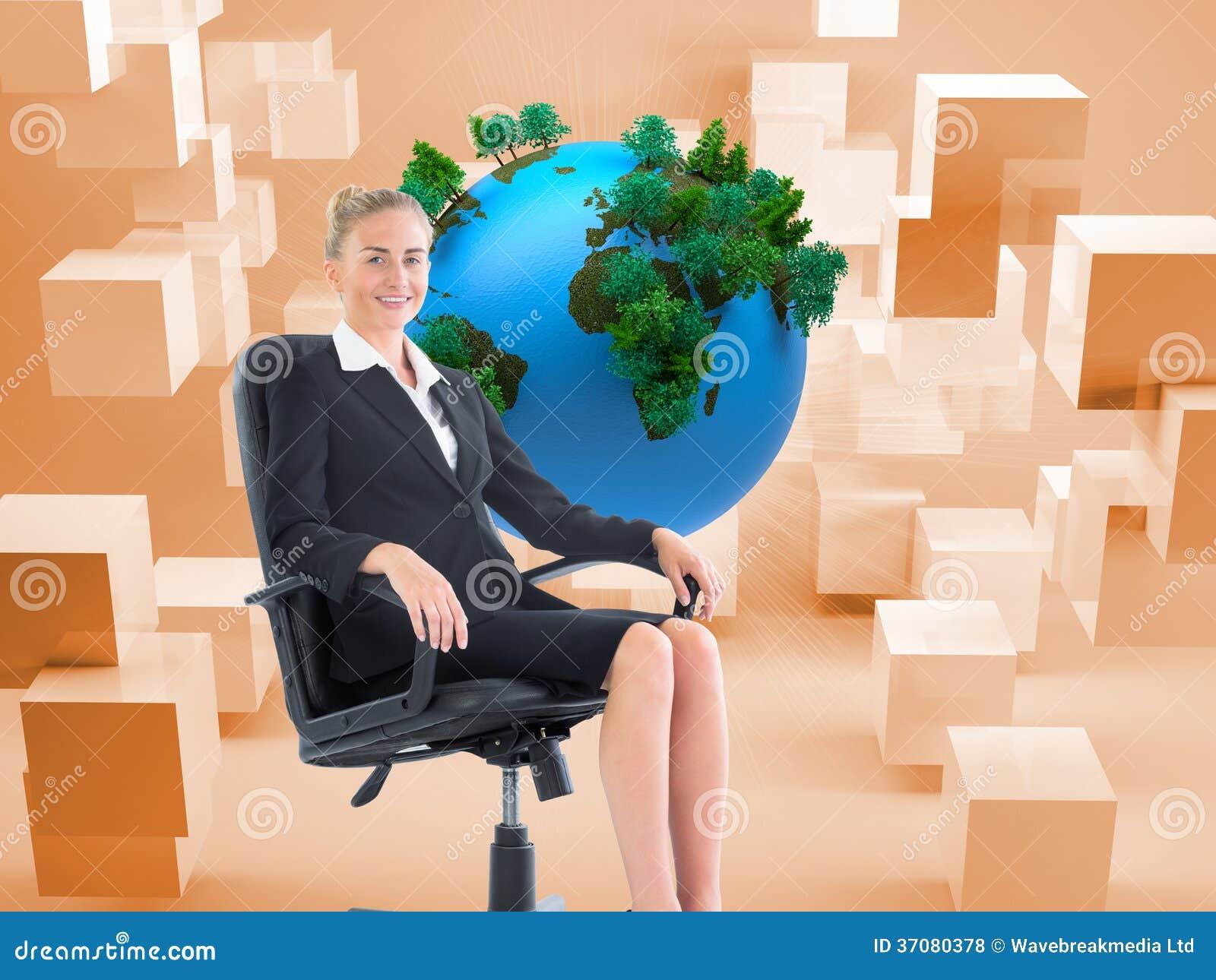 Download Bizneswomanu Obsiadanie Na Swivel Krześle W Czarnym Kostiumu Zdjęcie Stock - Obraz złożonej z komputer, sfera: 37080378