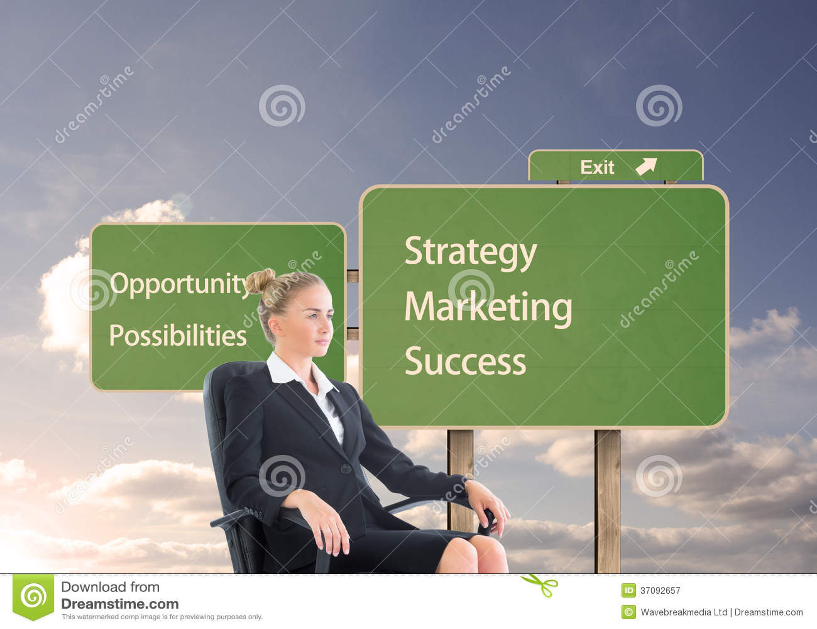 Download Bizneswomanu Obsiadanie Na Swivel Krześle W Czarnym Kostiumu Obraz Stock - Obraz złożonej z droga, sunshine: 37092657