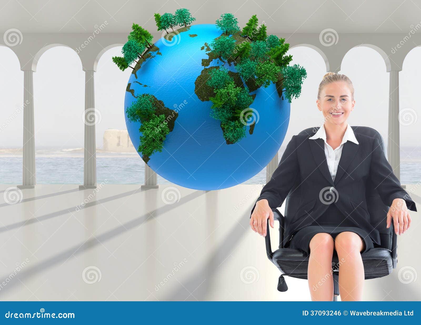 Download Bizneswomanu Obsiadanie Na Swivel Krześle W Czarnym Kostiumu Zdjęcie Stock - Obraz złożonej z chmurny, osoba: 37093246