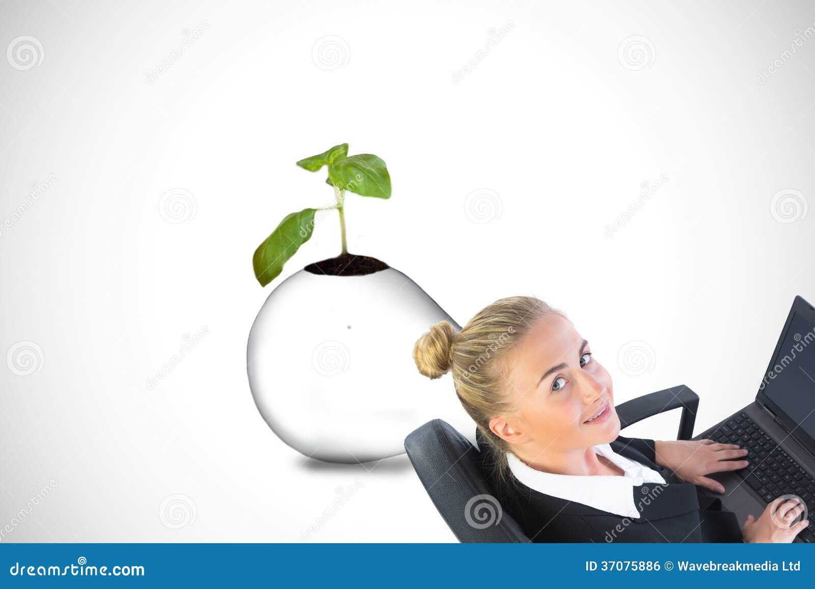 Download Bizneswomanu Obsiadanie Na Swivel Krześle Z Laptopem Zdjęcie Stock - Obraz złożonej z fixture, światło: 37075886