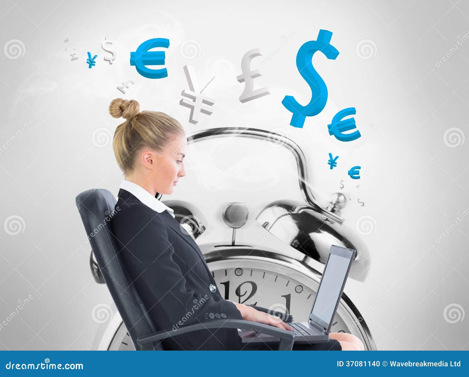 Download Bizneswomanu Obsiadanie Na Swivel Krześle Z Laptopem Zdjęcie Stock - Obraz złożonej z dolar, osoba: 37081140