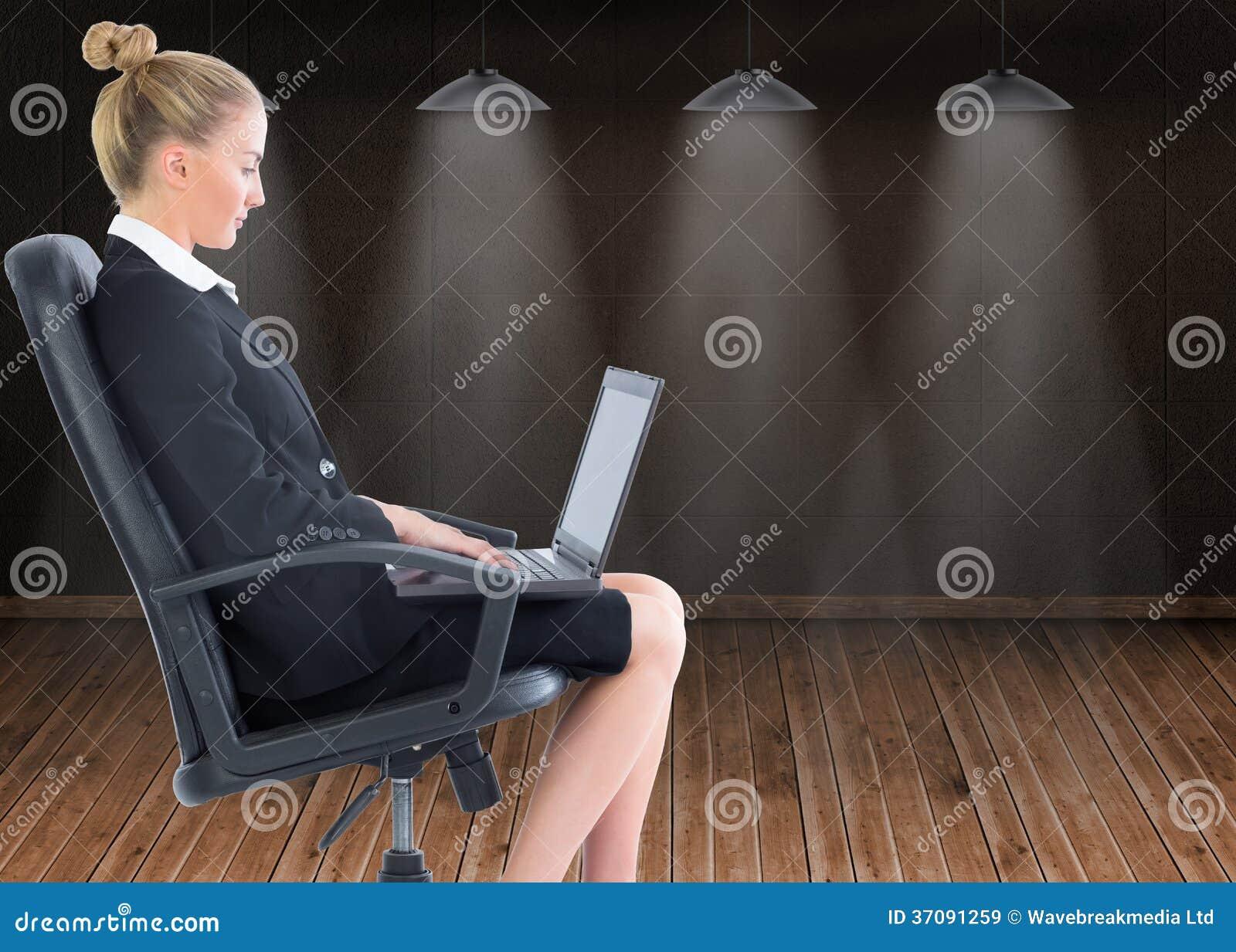 Download Bizneswomanu Obsiadanie Na Swivel Krześle Z Laptopem Obraz Stock - Obraz złożonej z grafika, floorboard: 37091259