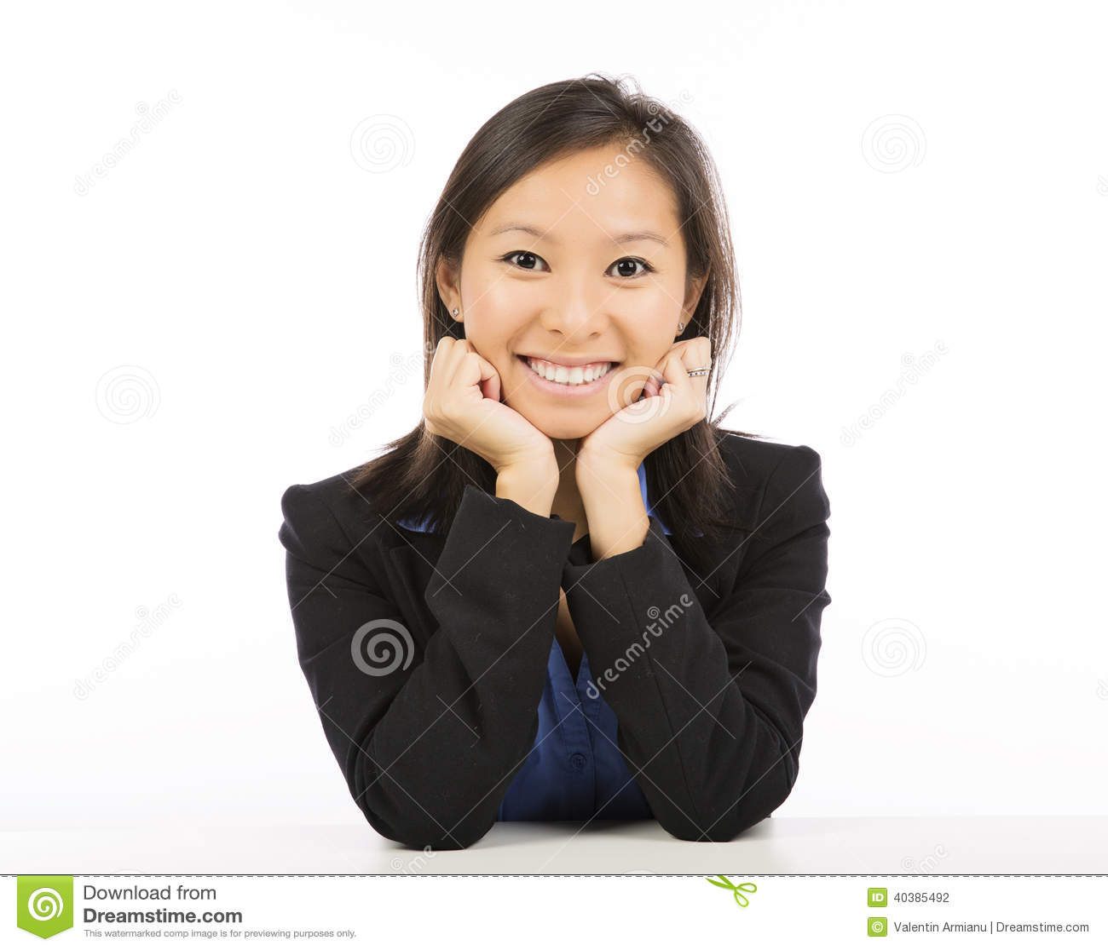 Bizneswomanu obsiadanie przy biurka ono uśmiecha się