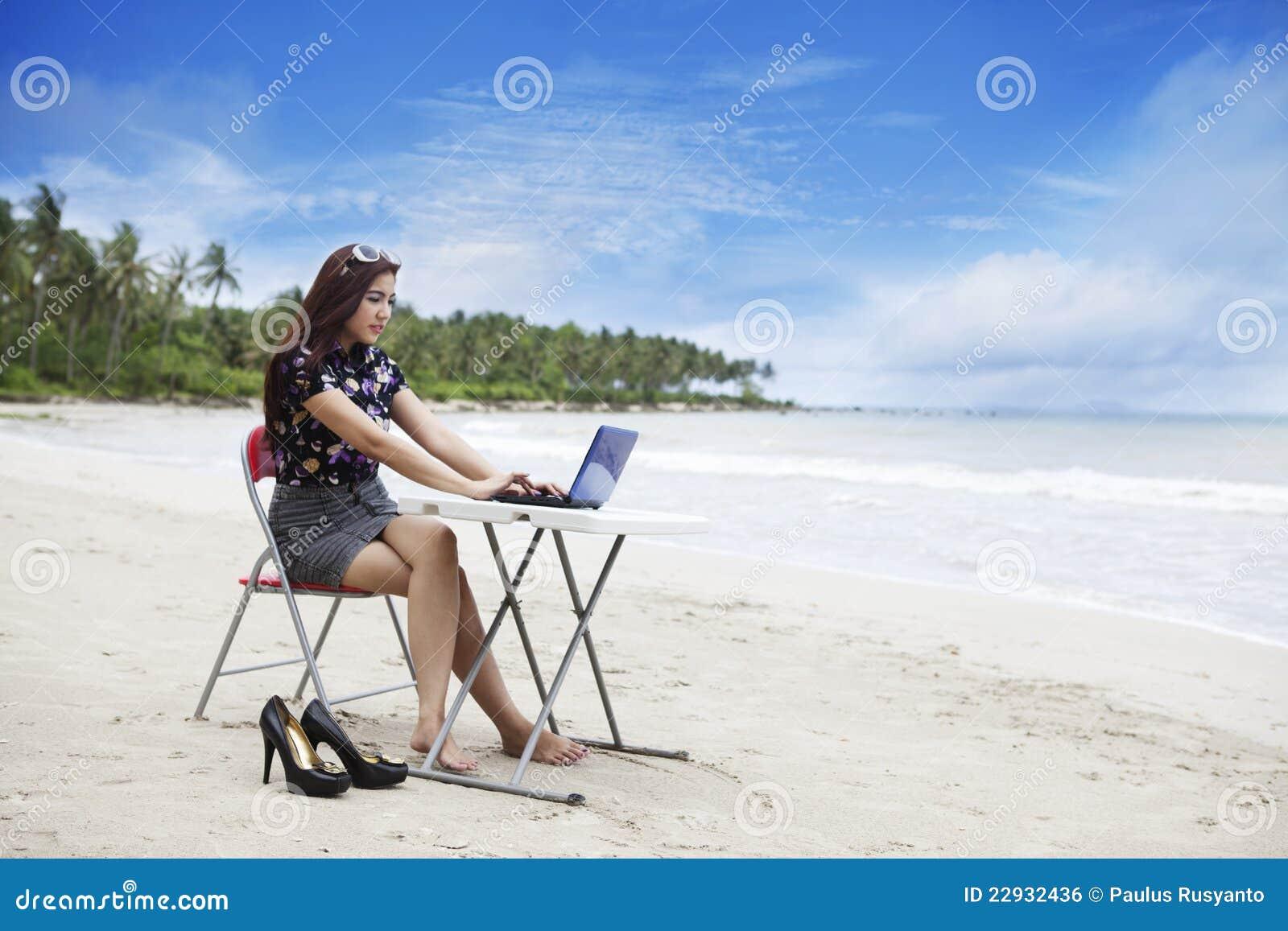 Bizneswomanu plażowy działanie