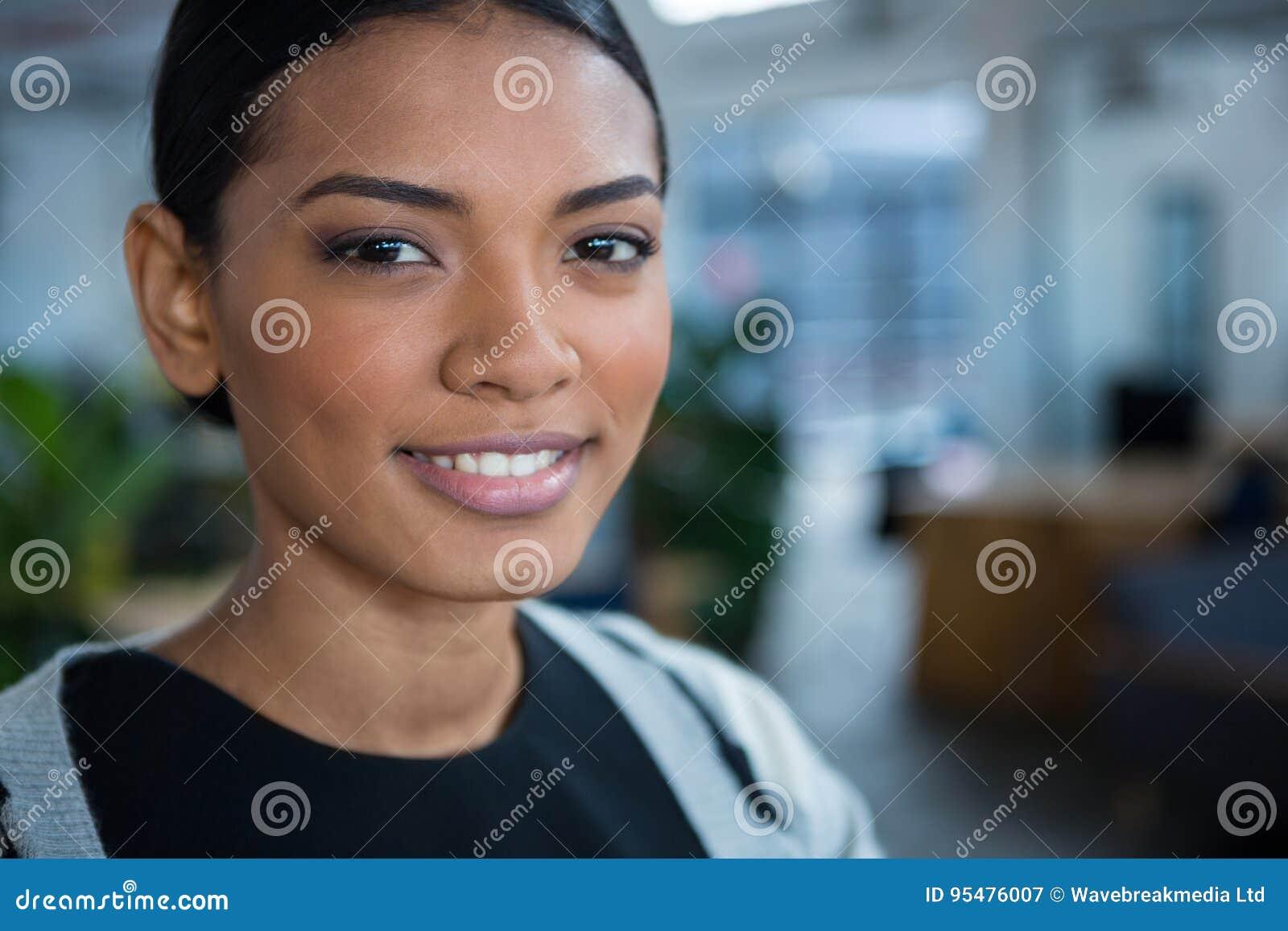 Bizneswomanu portreta ja target325_0_