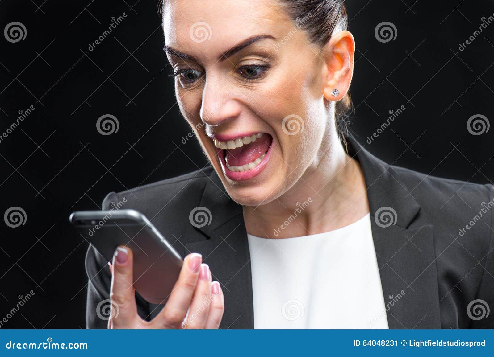 Bizneswomanu smartphone używać