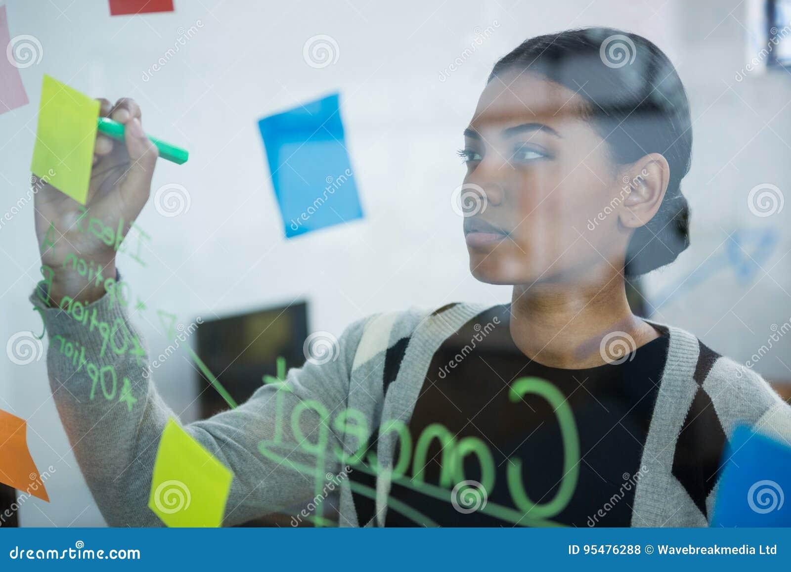 Bizneswomanu writing na kleistych notatkach