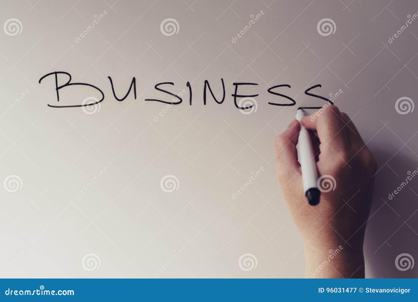 Bizneswomanu writing słowa biznes na białej desce