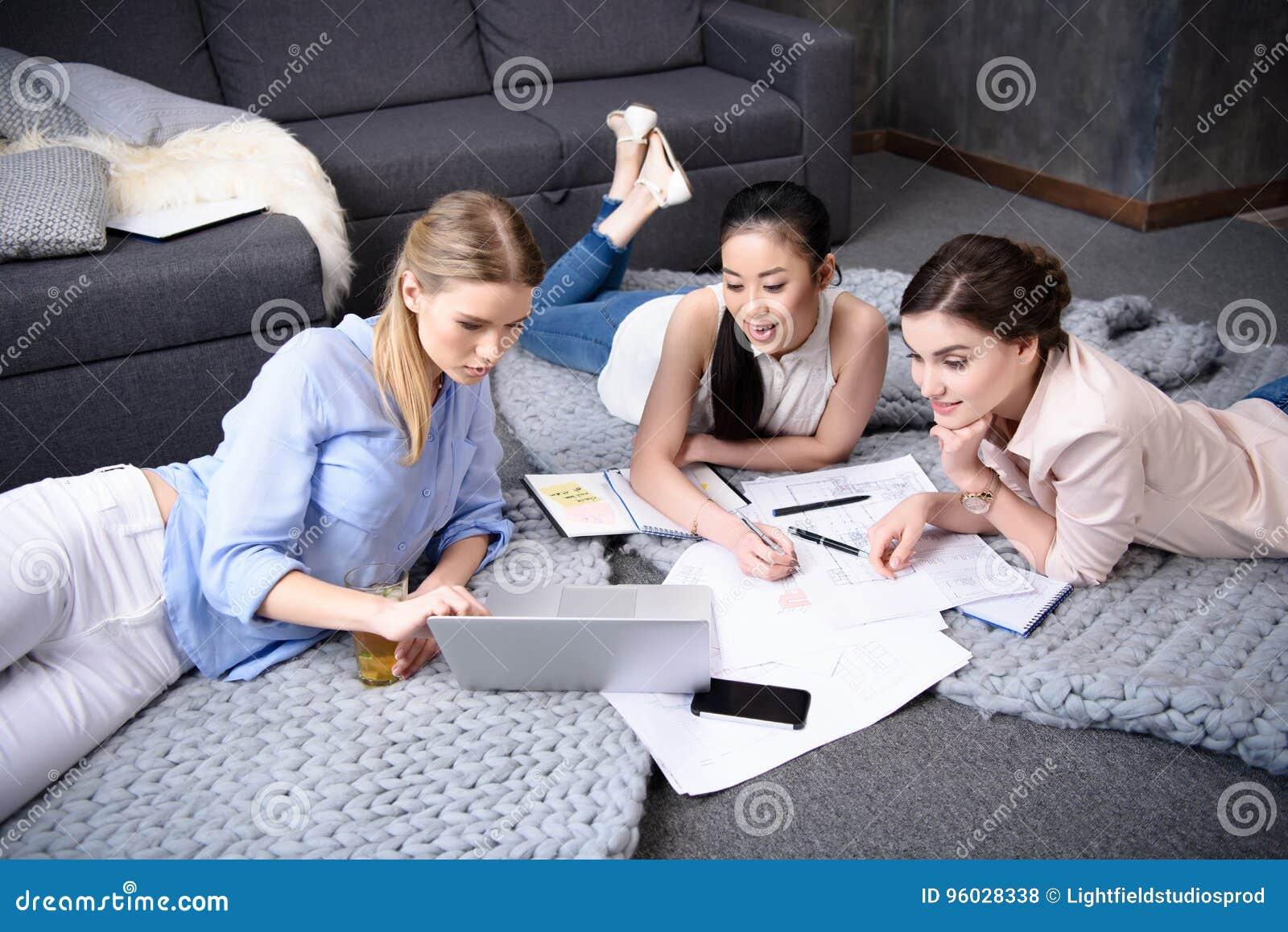 Bizneswomany pracuje na laptopie wpólnie w domu