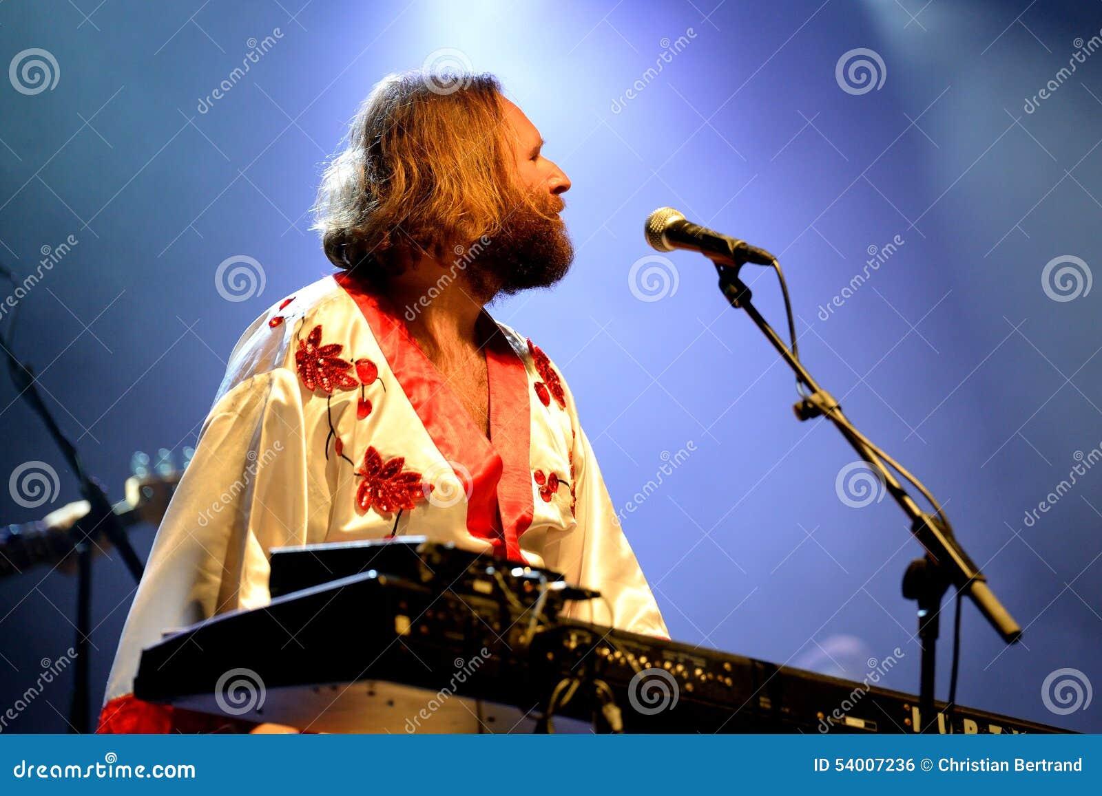 Bjorn Again (tributo da faixa a ABBA) executa no festival dourado do renascimento