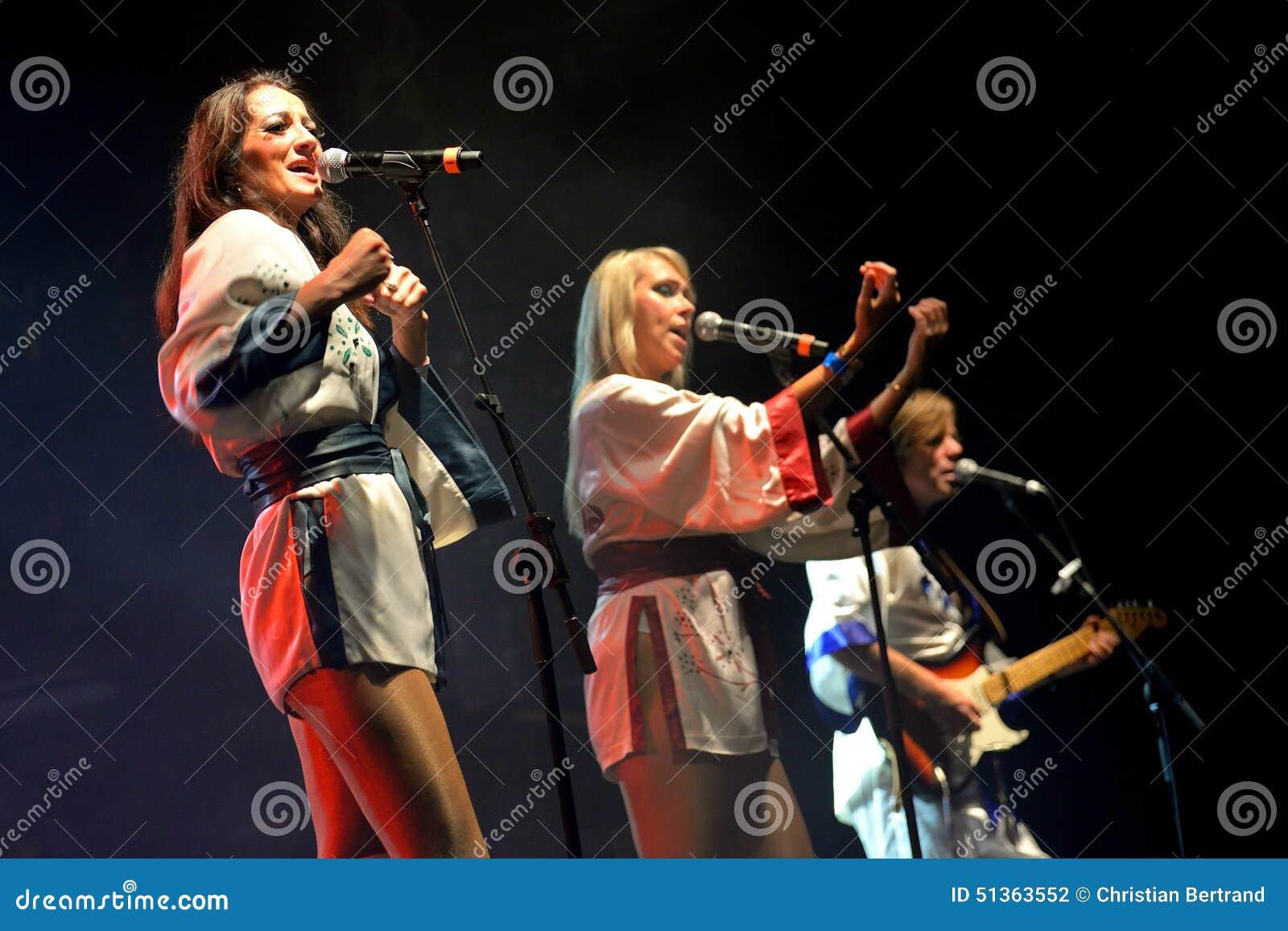Bjorn Again (tributo da faixa a ABBA) executa no renascimento dourado