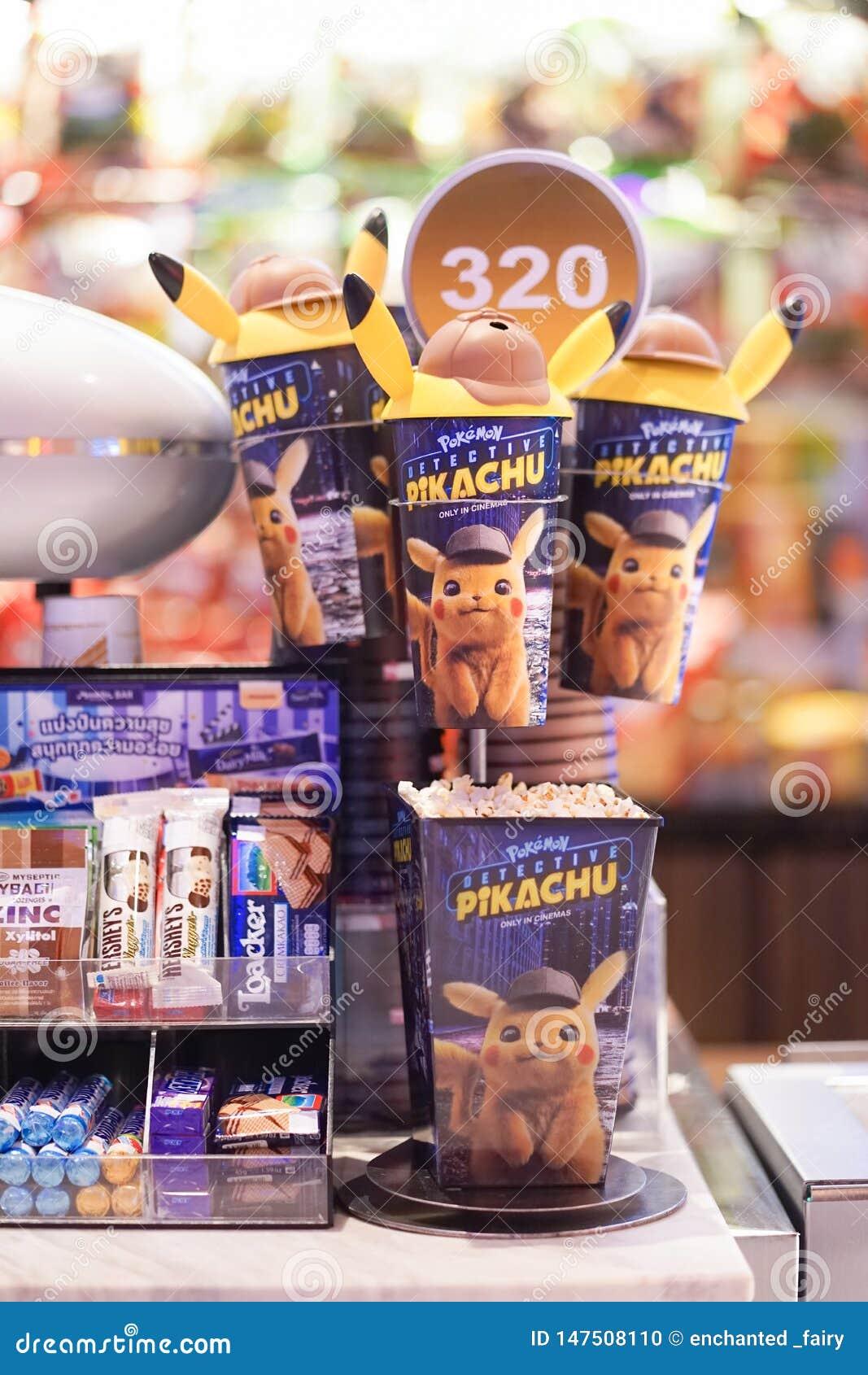 BKK - Maj 12, 2019: Fotografia Pokemon detektywa Pikachu filmu promocyjne rzeczy popkornu & miękkiego napoju zbiornika sprzedawan