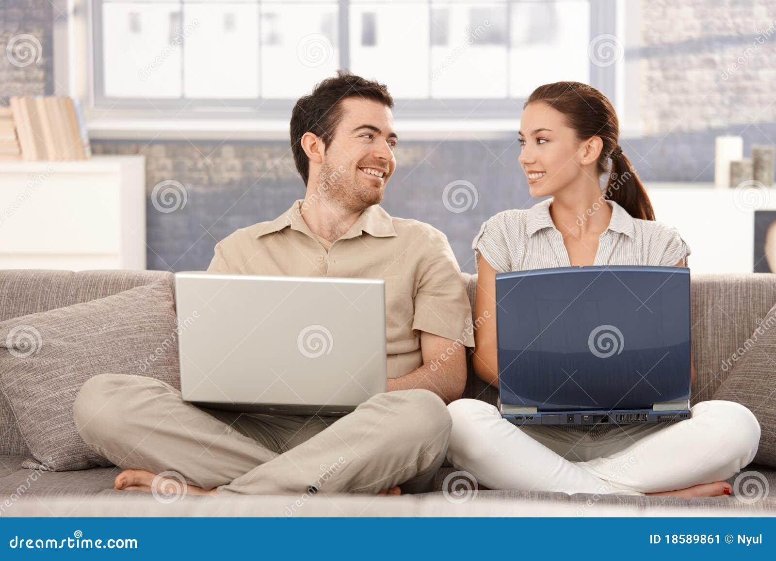Bläddra roligt lyckligt för par ha att le för internet