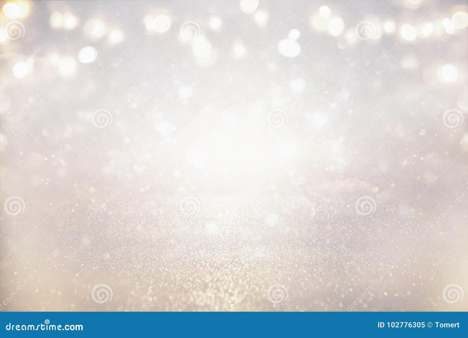 Blänka tappningljusbakgrund silver- och ljusguld de-fokuserat