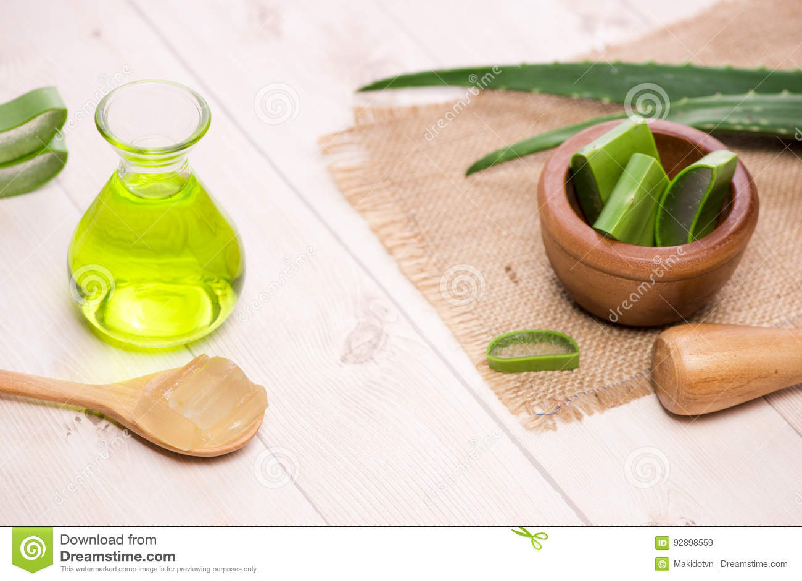 Blätter Aloevera-ätherischen Öls und -aloe auf einem weißen Hintergrund