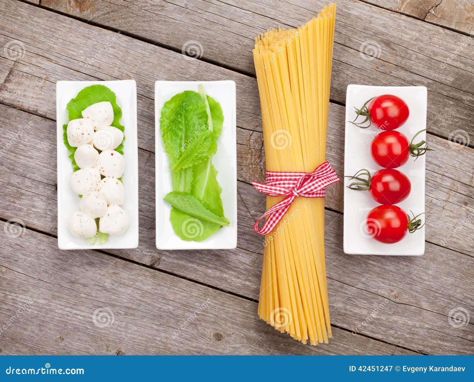 Blätter der Tomaten, des Mozzarellas, der Teigwaren und des grünen Salats