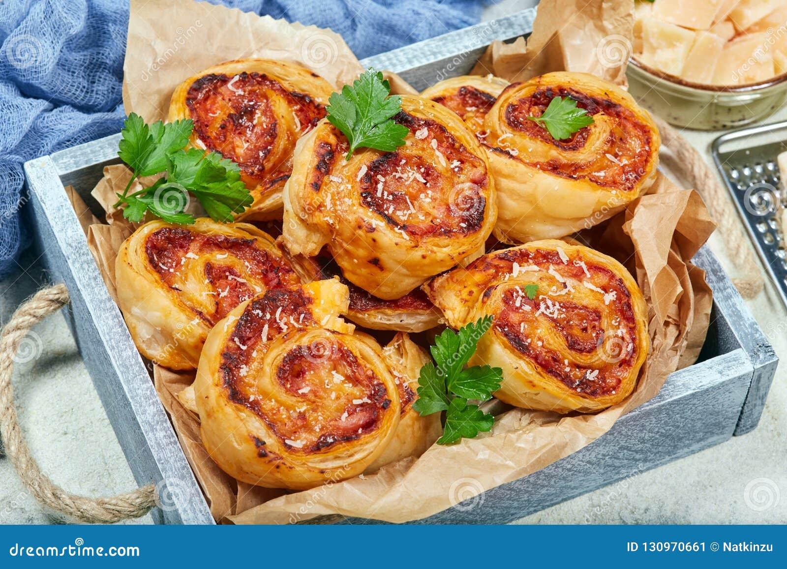 Blätterteig Pizzarollen Mit Schinken Und Käse Stockbild Bild Von