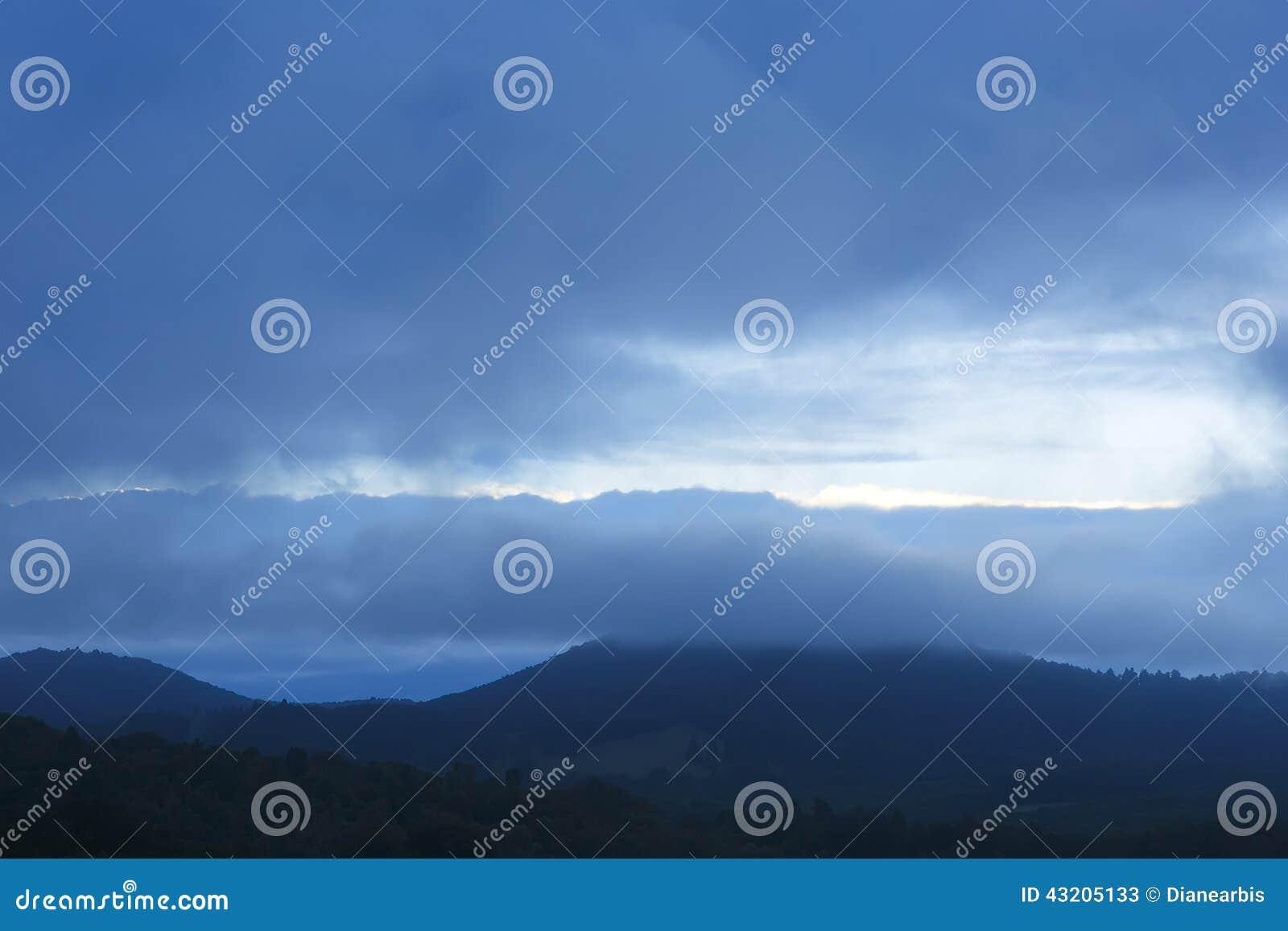 Download Blå bergkant fotografering för bildbyråer. Bild av miljö - 43205133