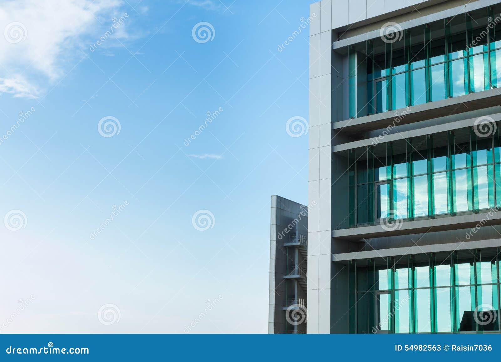 Blå byggnadssky