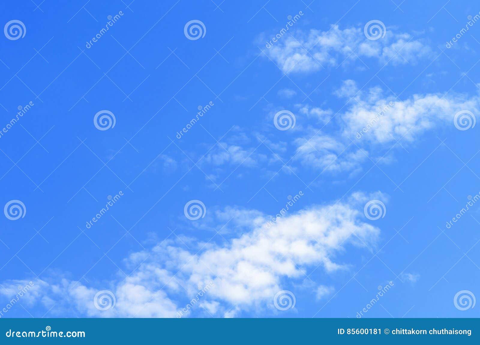 Blå closeupoklarhetssky Blå himmel för Closeup och fluffiga moln