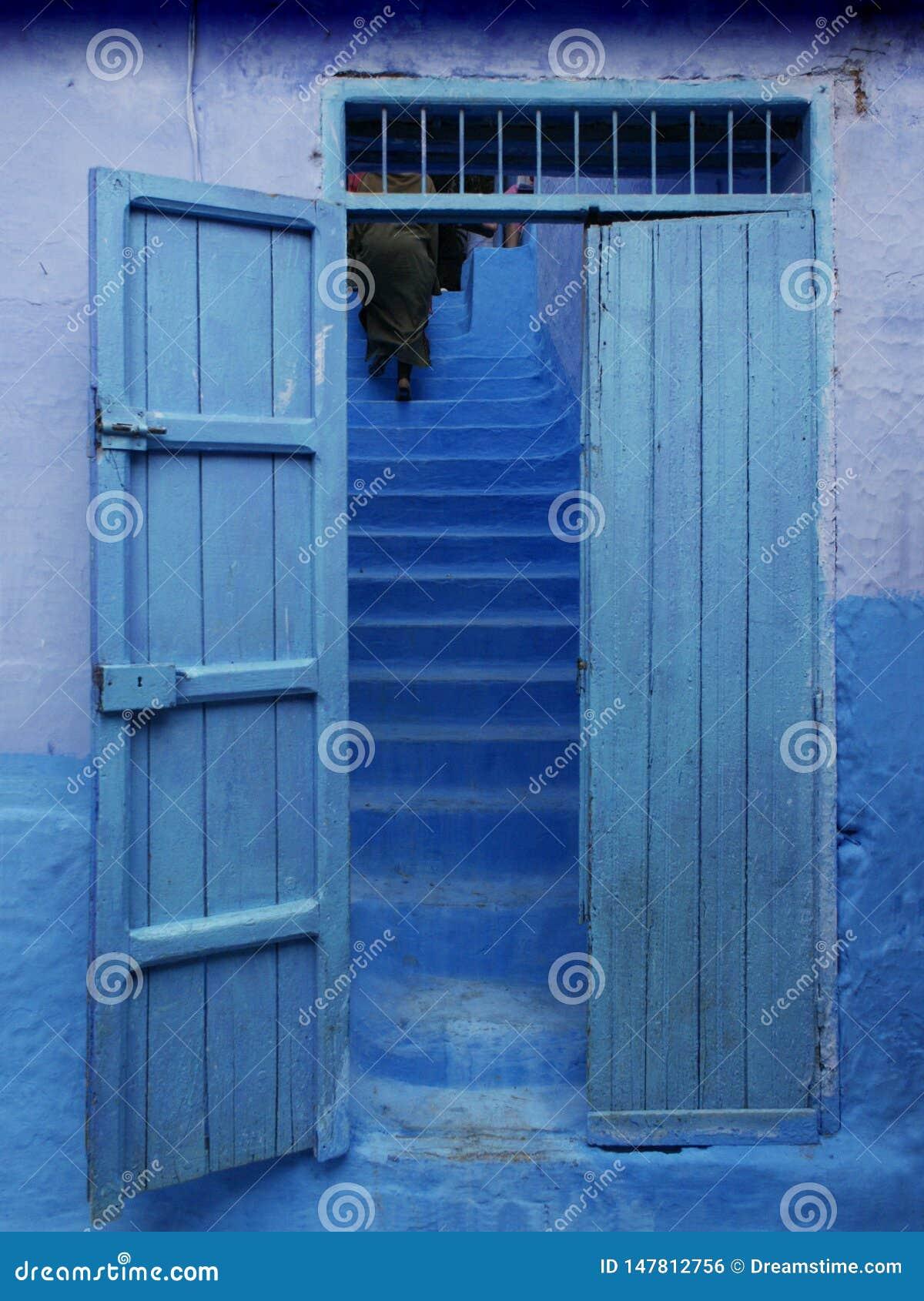 Blå dörr och trappa bakom, i Marocko