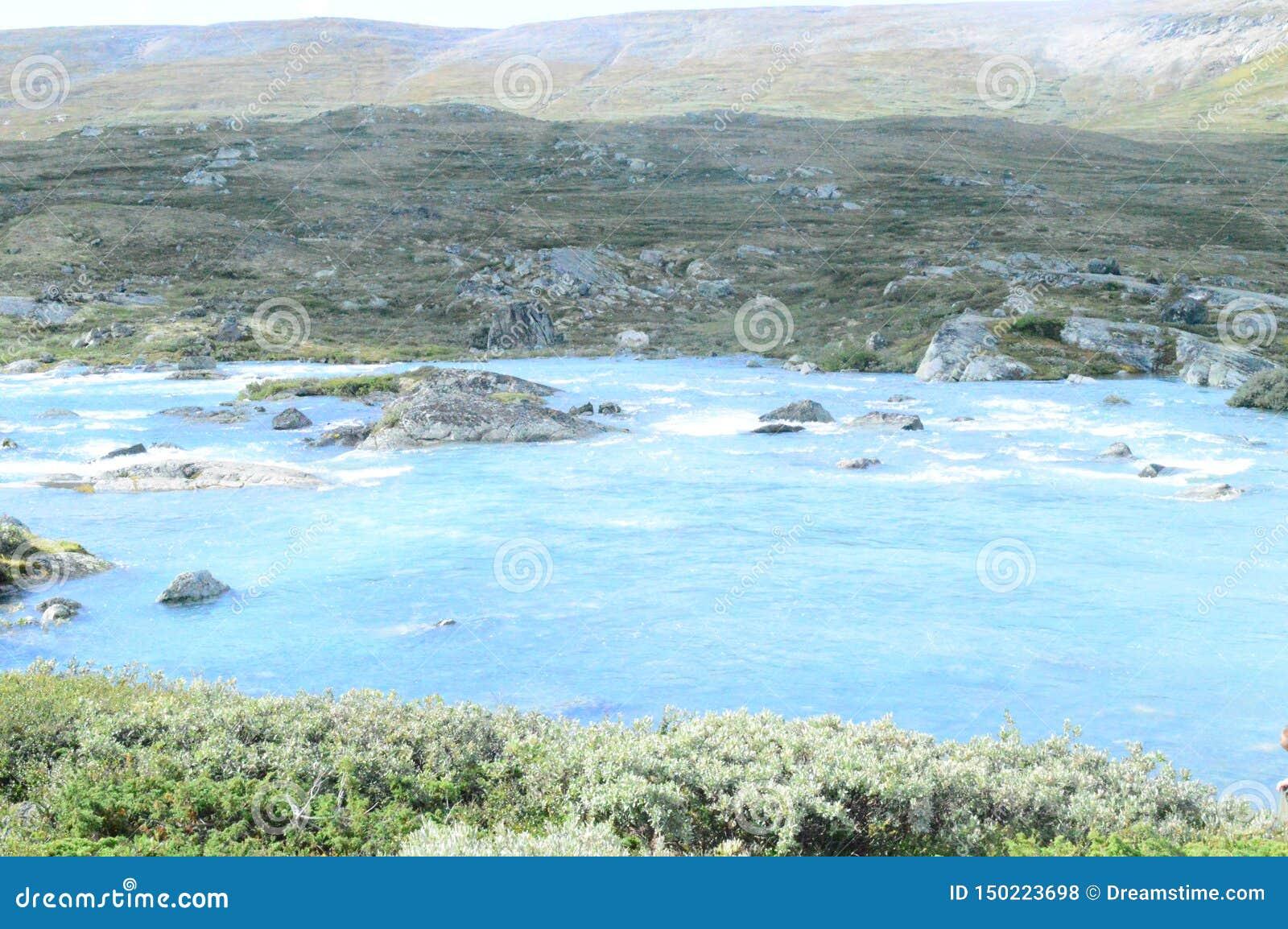 Blå flod i den Jotunheimen nationalparken