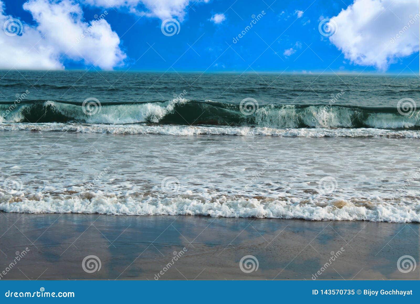 Blå himmel för härlig havsscape med molnet