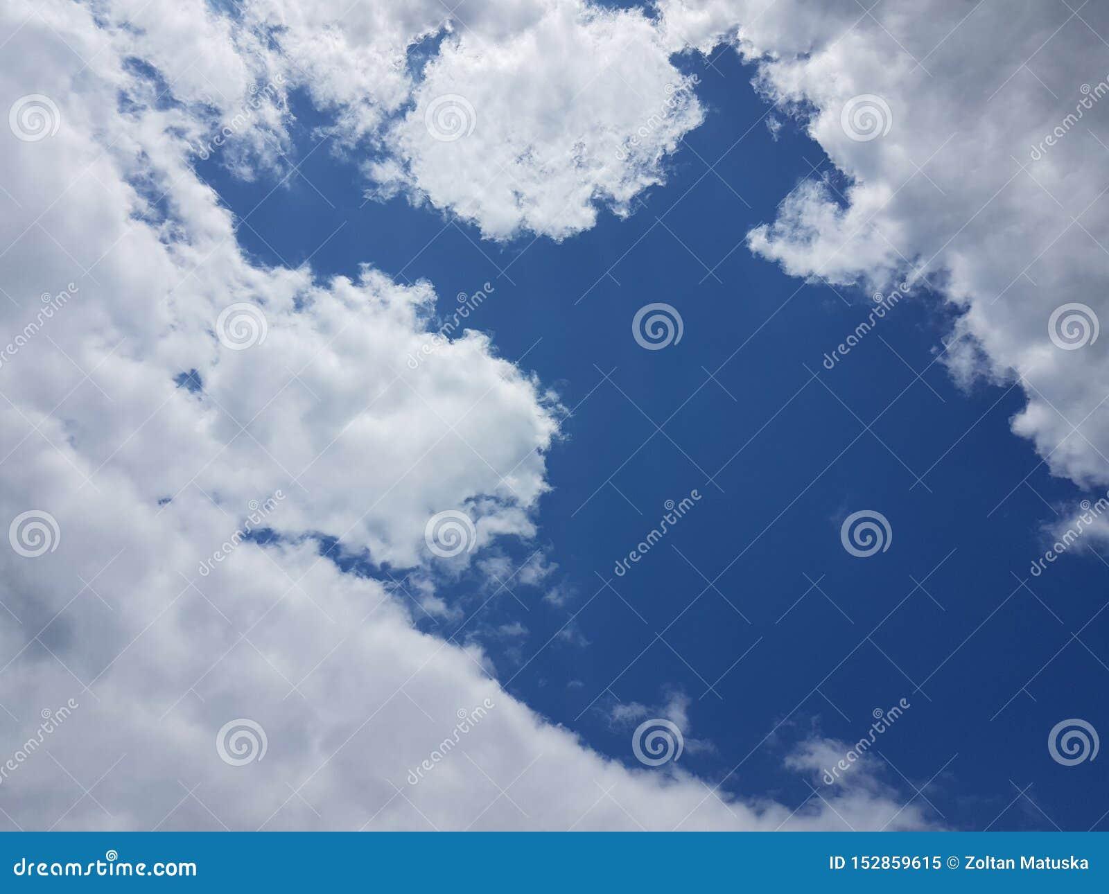 Blå himmel för sommarcloudscape med bakgrund för molnig atmosfär för moln naturlig tom tom