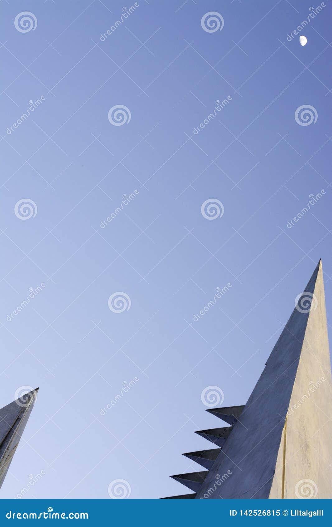 Blå himmel med arkitektoniska beståndsdelar