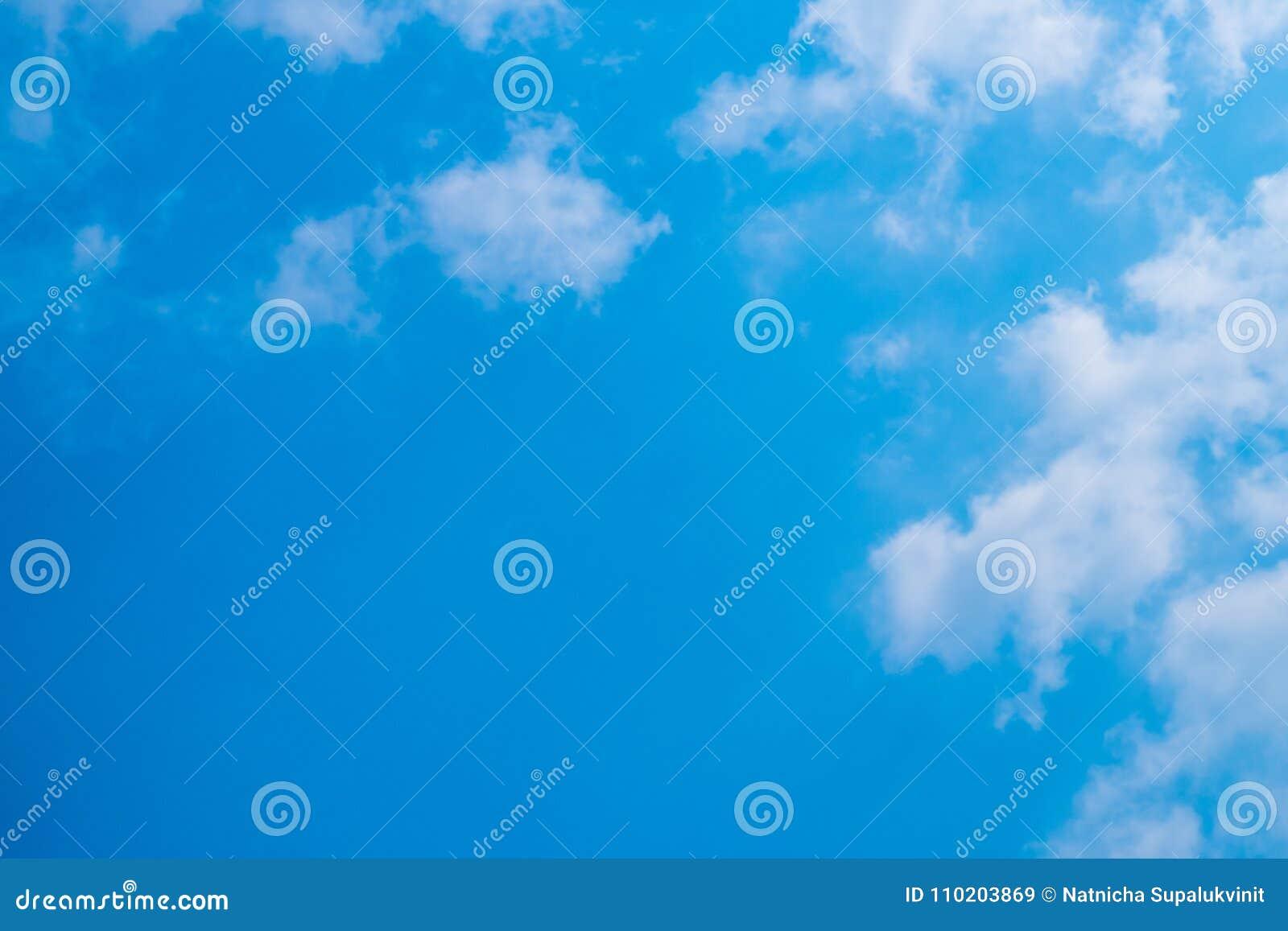 Blå himmel med moln för bakgrund